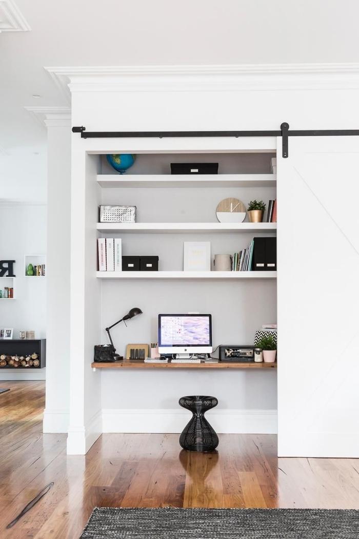 comment créer une zone télétravail dans son salon, idée comment intégrer un bureau en bois dans son meuble de rangement ouvert
