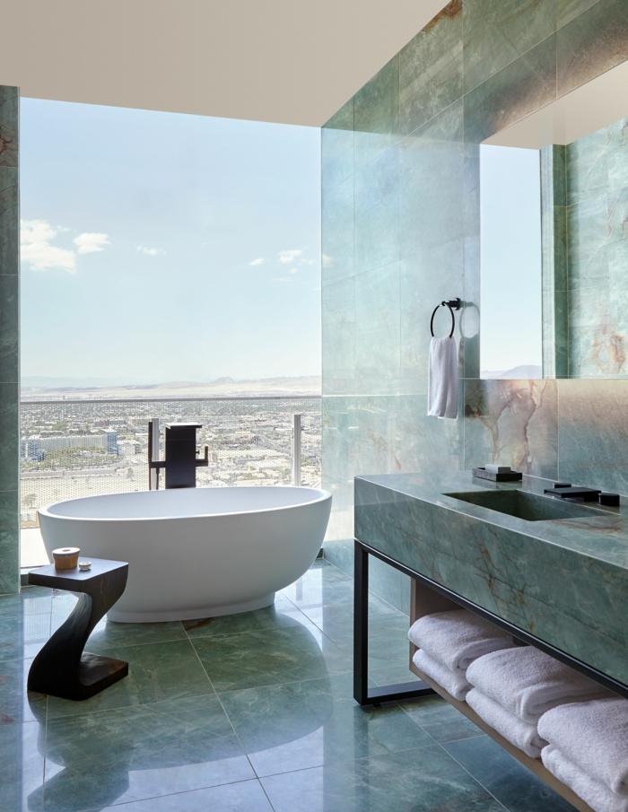 Belle bue dans la salle de bain verte, comment aménager une petite salle de bain avec baignoire