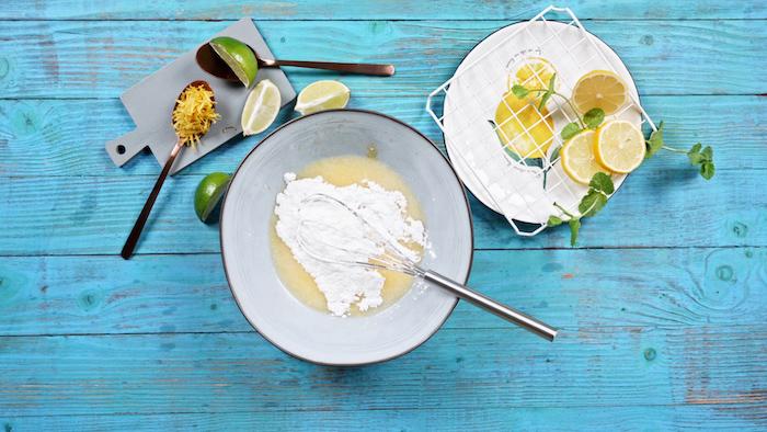 ajouter de l erythritol dans un saladier mélange d oeuf citron huile de coco recette biscuit moelleux simple avec substitu de sucre recette diététique