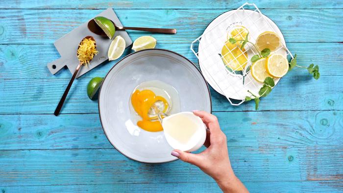 ajouter l huile de coco dans un saladier aux oeufs pour faire cablé citron facile idee de petit dejeuner ket simple et rapide