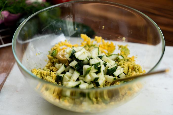 mélange concombre, mélange oeufs, avocat, moutarde, ail, recette nid de pauqes farce recette oeufs mimosa
