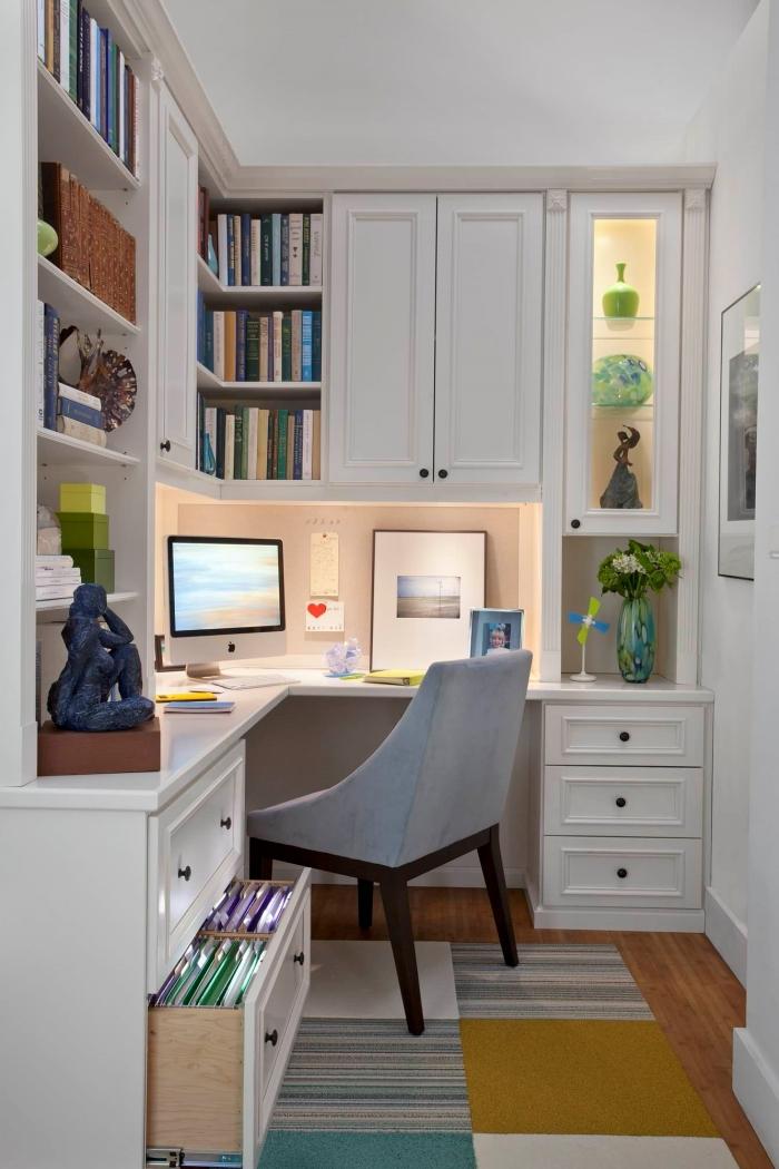 comment créer un coin de travail dans un petit espace, exemple installation petit bureau d'angle avec espace de rangement mural