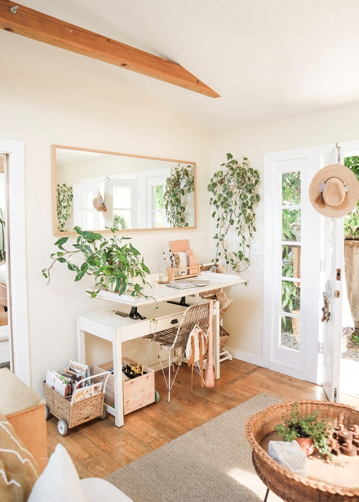 comment décorer son coin home office de style jungalow, idée de bureau petit espace en blanc avec espace rangement