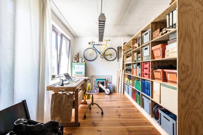 comment aménager un coin de travail à domicile, modèle de bureau en bois de style rustique, design bureau à domicile