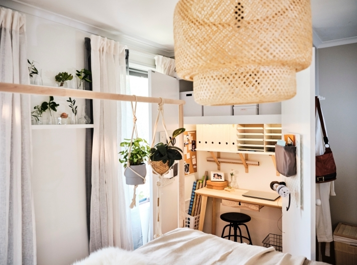 comment créer un coin travail à domicile dans une chambre à coucher, modèle de bureau blanc et bois intégré avec rangement mural