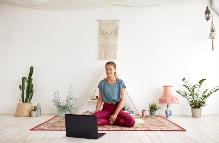 programme remise en forme physique et mentale, pratiquer du yoga chez soi à l'aide d'exercices ou vidéos en linge