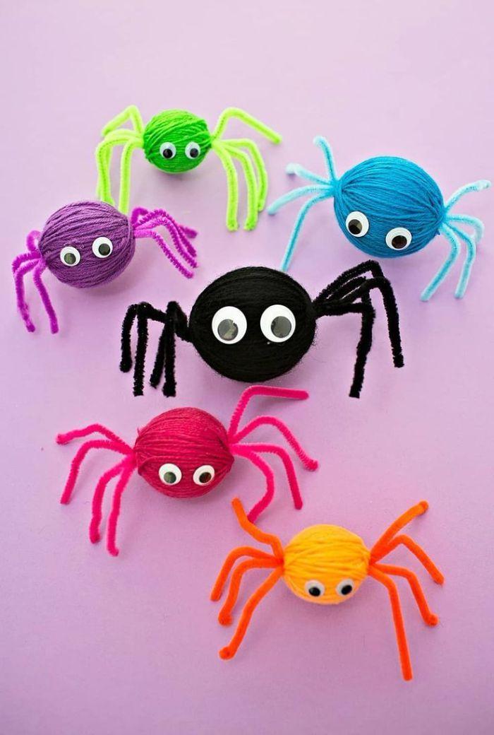 araignés diy en boules de laine coloré avec des cure-pipe et des yeux mobiles, idée activité maanuelle halloween maternelle