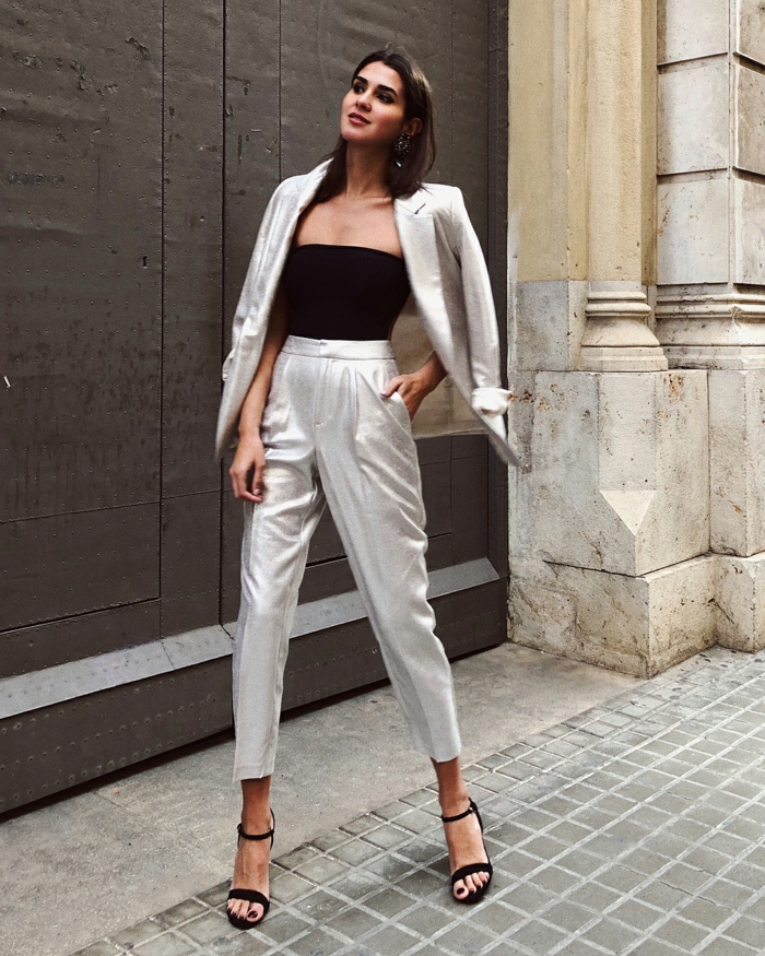 Argentée tailleur avec haut noir et sandales noires en velours, style femme chic tenue de jour tendance