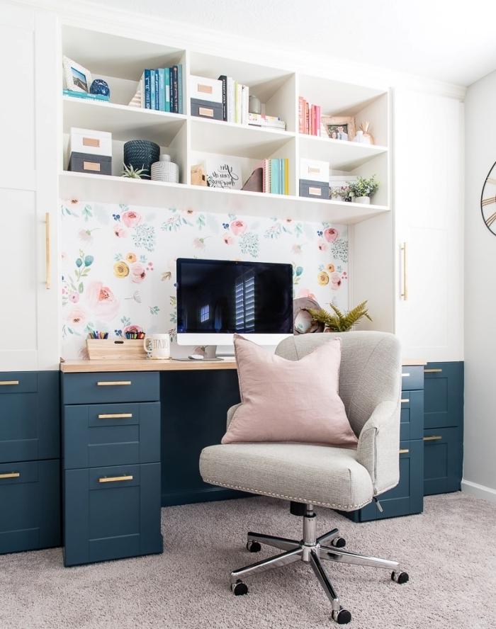 exemple comment décorer un espace de travail avec pan de mur en papier peint à motifs floraux, modèle bureau avec tiroir