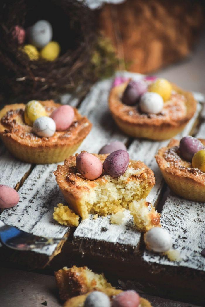 mini gateau de paques facile à faire, exemple de mini tartelette sucrée à la vanille avec décoration pour la fête de Pâques