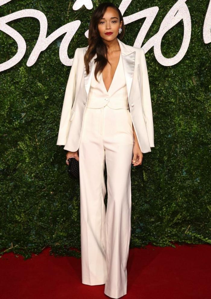 Belle tenue blanche pantalon long évasé et veste satin, tailleur blanc femme, costume femme élégante s'habiller bien