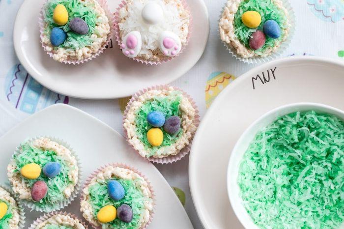 mini gateau de paques 2020 sous forme de muffin, recette cupcake facile pour la fête de Pâques avec décoration noix de coco râpé coloré