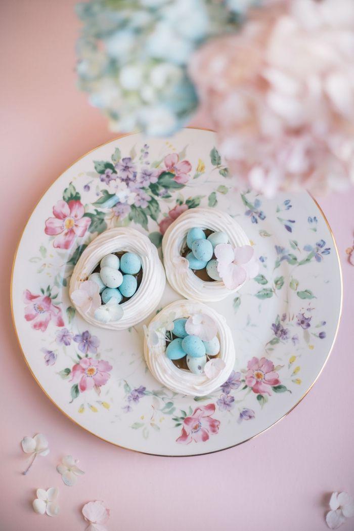 comment préparer un dessert de paques facile, idée recette de meringue avec blancs d'œufs et tartre en forme de nid