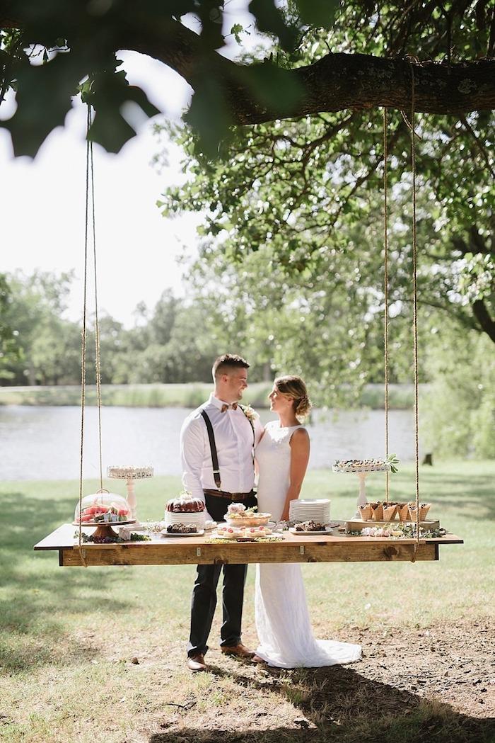 Balançoire pour table deco mariage champetre, la beauté de la campagne décoration chic, gâteau de mariage simple