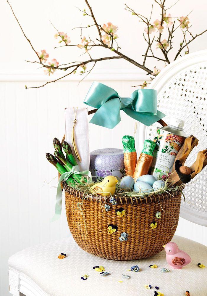 Basket pleine de petits cadeaux pour la fete idee cadeau paques, choisir le meilleur cadeau de pâques