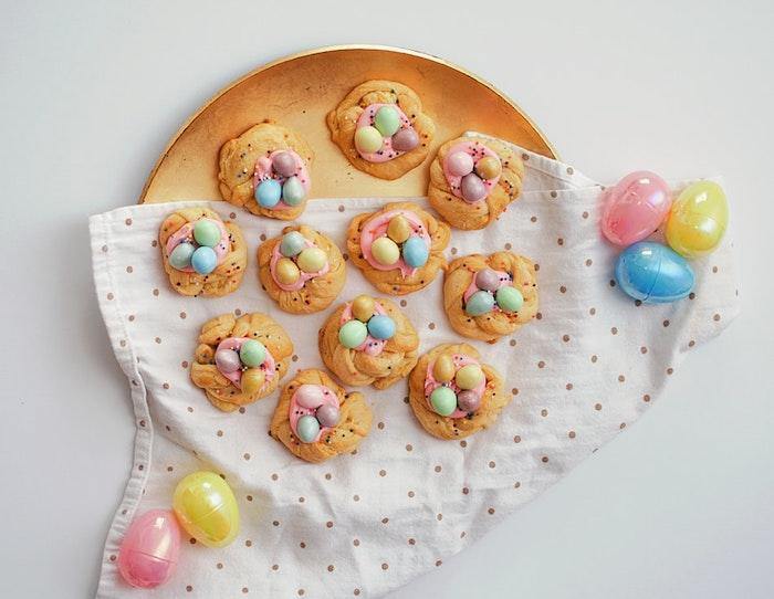 Préparer des petits gâteaux patisserie nid d'oeufs originale, cadeau paques bébé, cadeau de pâques à offrir à ses proches