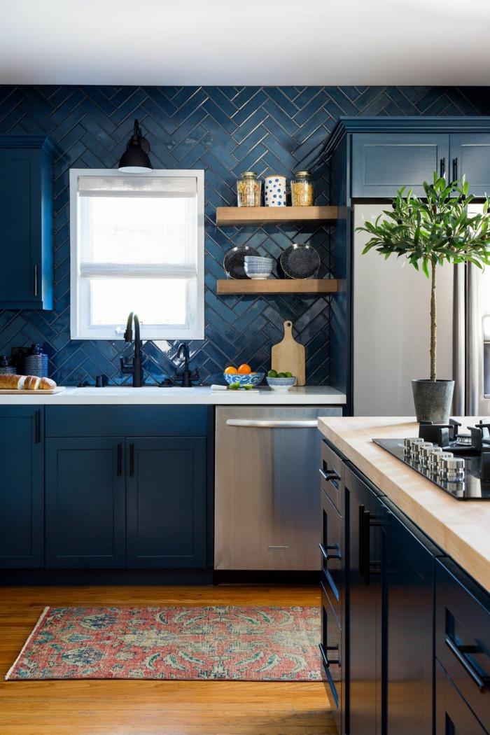 Carrelage original bleu nuit avec fugue doré, comment décorer une cuisine bleu nuit, idée couleur cuisine, arbre d'olives, étagère avec epices