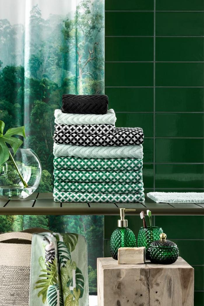 Carrelage verte, rideau de salle de bain verte, salle de bain vert d'eau, déco petite salle de bain, peinture vert fort