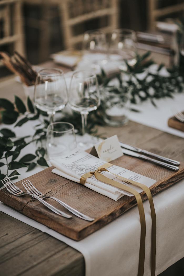 Décorer la table mariage en bois avec une planché en bois, cool idée decoration mariage champetre, le chic rustique deco mariage moderne branches avec feuilles vertes pour chemin de table