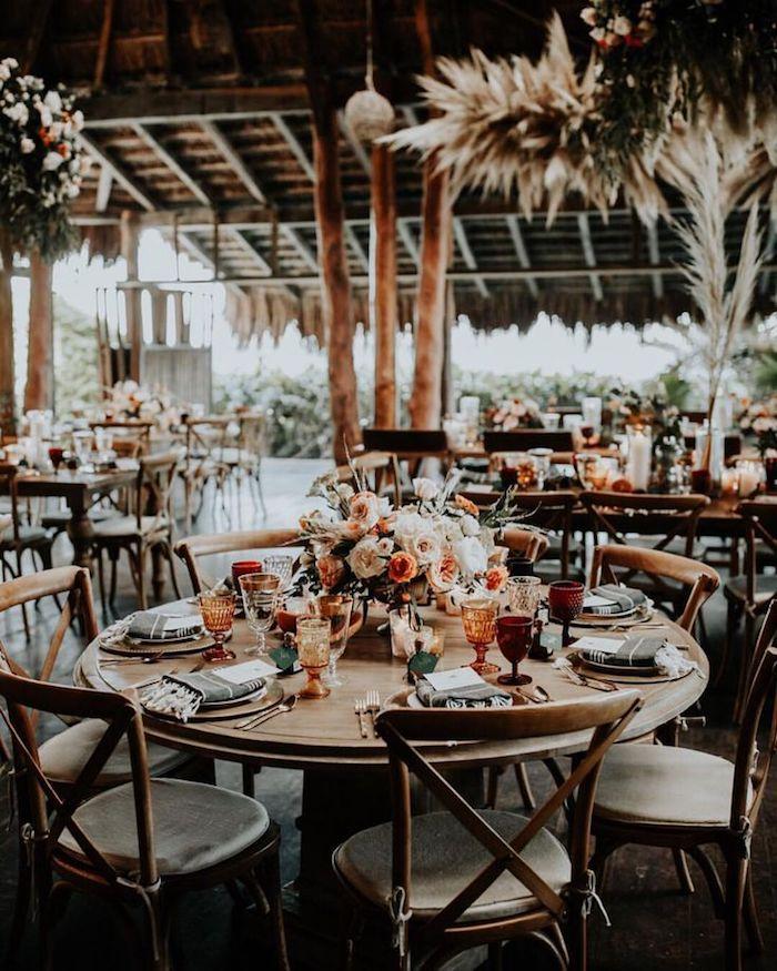 Table ronde décorée au style bohème, mariage champêtre chic tendance printemps été tropique magnifique