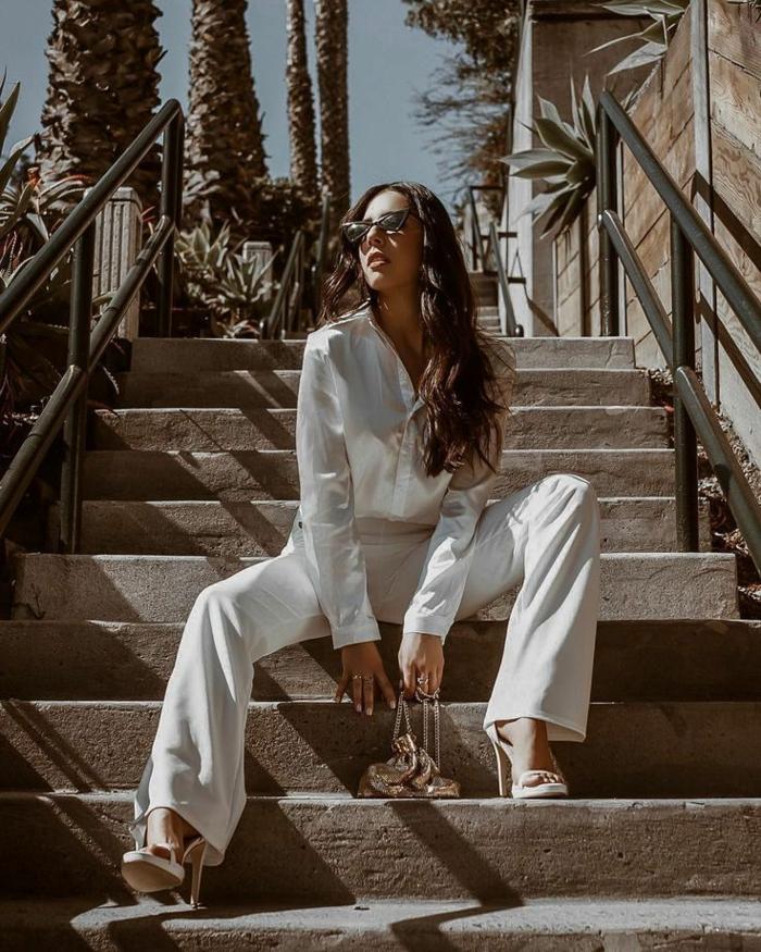 Chemise blanche satin, photo sur les escaliers, tailleur blanc femme, costume femme élégante s'habiller bien sandales à talon blanches