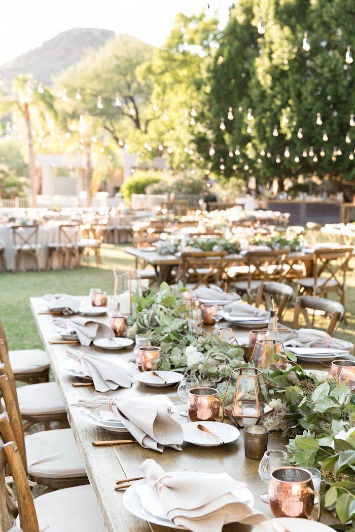 Belle déoc table ronde mariage boheme chic à l'extérieur avec belle vue, deco mariage champetre chic mode 2020 guirlande lumineuse