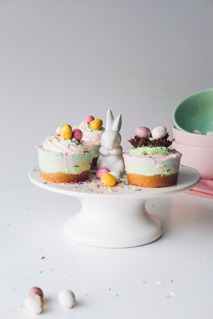 Cheesecake coloré avec nid d'oeufs au chocolat en top, cadeau a faire soi meme, idee cadeau paques simple pas cher