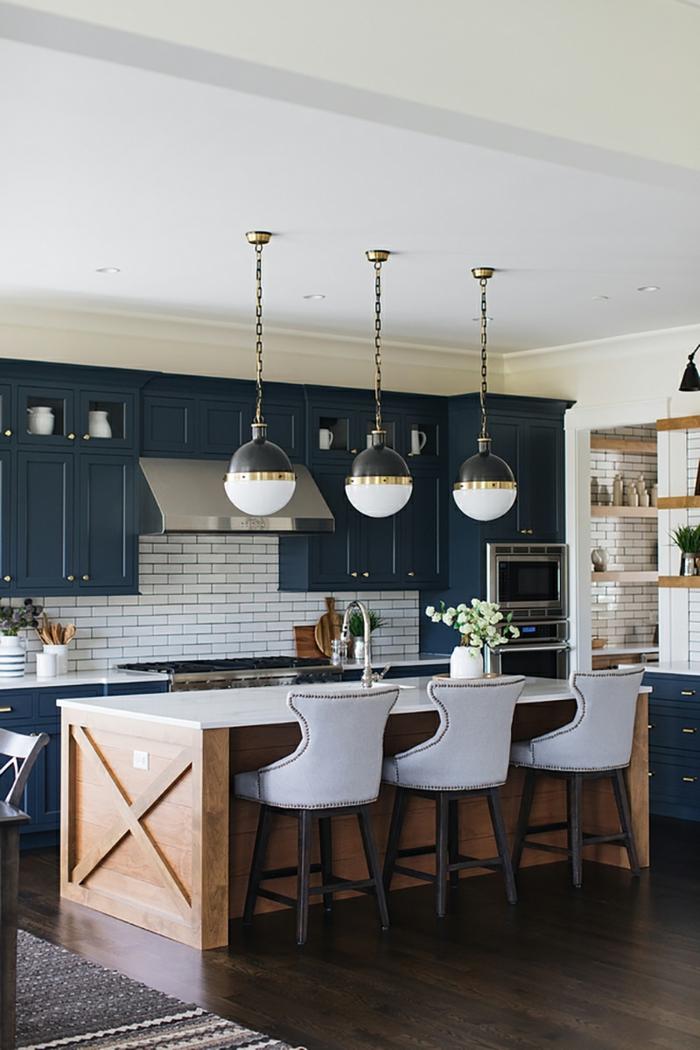 Haute chaise blanche avec coussin, lampes rondes lustre moderne, cuisine couleur bleu foncé, quelle couleur pour la cuisine moderne design