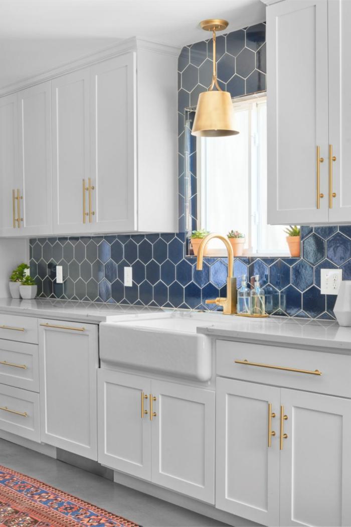 Carrelage cuisine bleu gris, blanches armoires avec accessoires dorés, quelle couleur se marie avec le bleu foncé luxueux