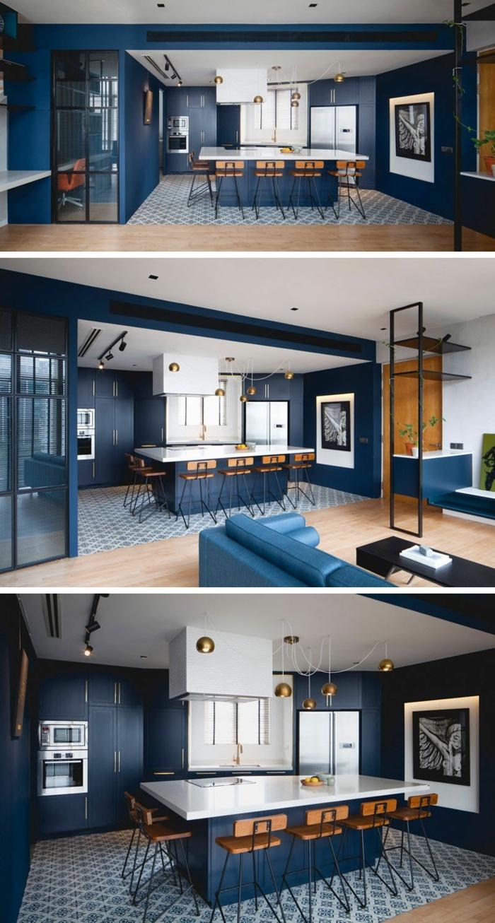 Différents angles de la meme cuisine ouverte au salon, canapé bleu, design cuisine bleu marine, comment associer les couleurs
