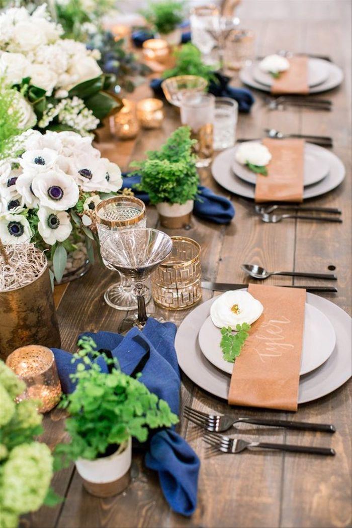 Table en bois avec belle décoration de fleurs blanches et vertes style boheme chic, mariage champêtre chic décoration a faire