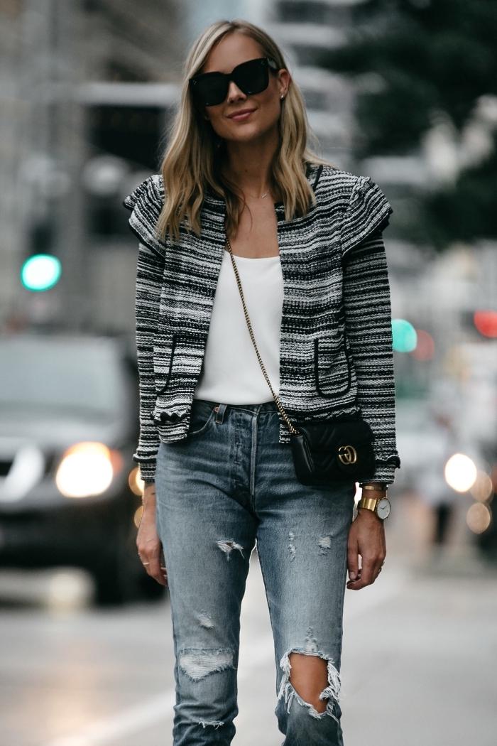 exemple de veste en tweed femme courte en blanc gris et noir, look casual chic en jeans déchirés avec blouse blanche