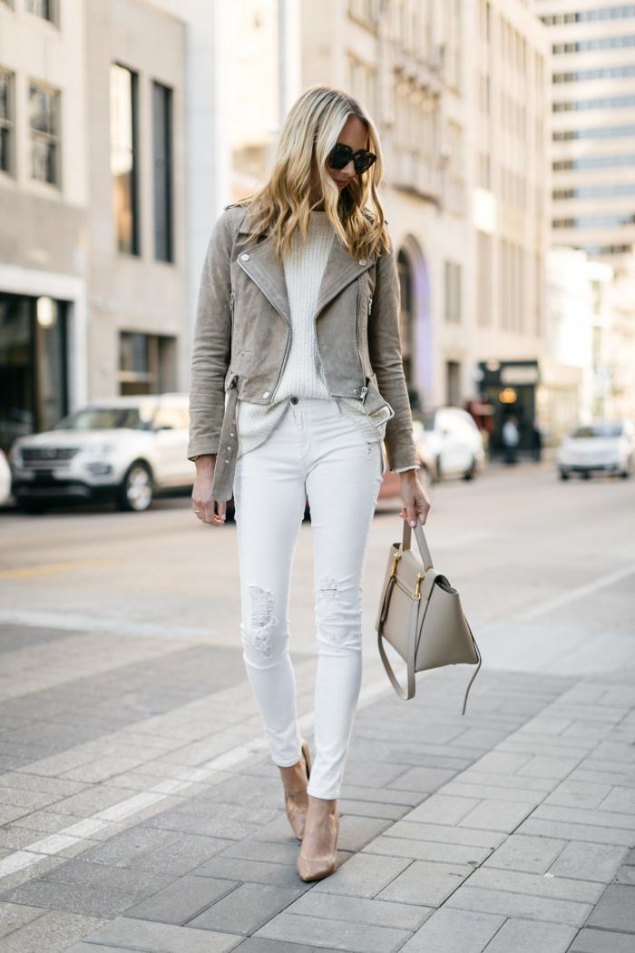 modèle de veste courte femme habillée en gris combinée avec pantalon et blouse blancs, tenue chic et confortable femme en couleurs neutres