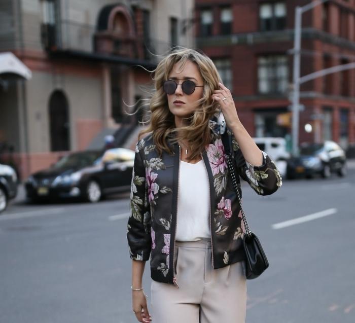 modèle de veste légère femme à combiner avec vêtements classe pantalon beige et blouse blanche, idée tenue chic femme