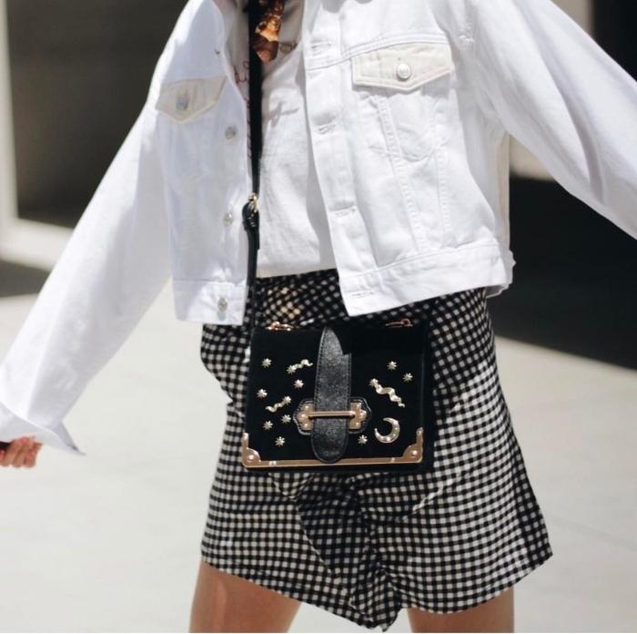 modèle de veste blanche femme tendance 2020, idée de look femme chic en jupe courte avec veste courte en blanc