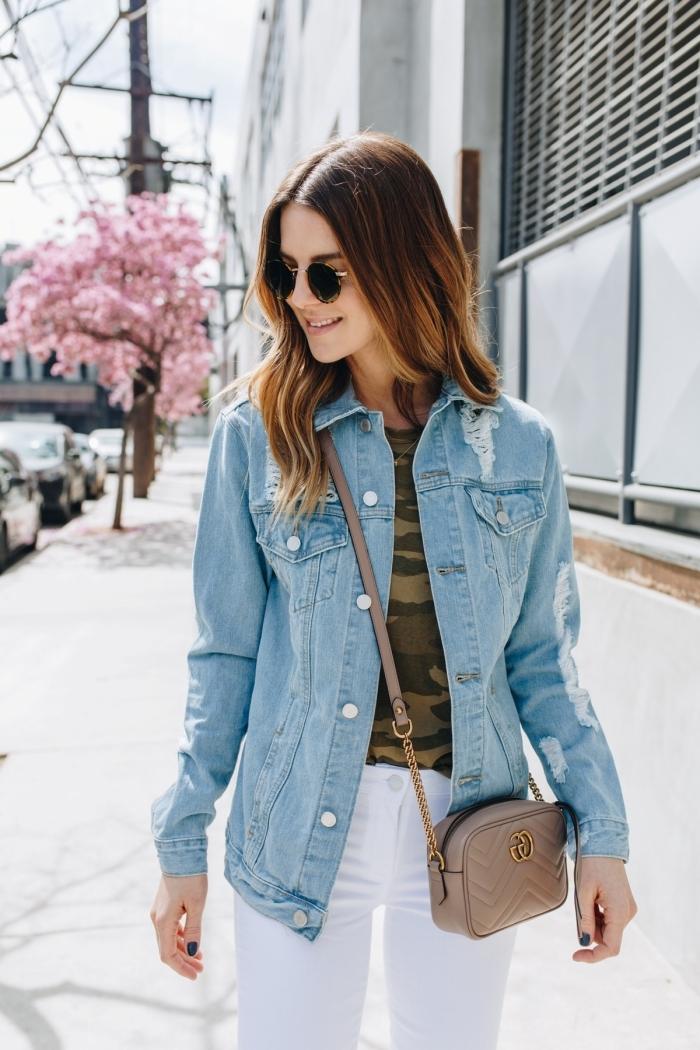 comment porter une veste de printemps pour femme en denim clair avec t-shirt vert kaki et pantalon blanc, idée tenue de printemps style casual chic