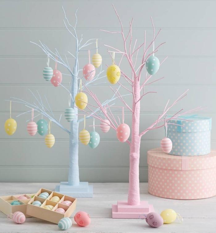 activité manuelle paques facile, modèle d'arbres DIY peints en couleurs pastel et décorés avec oeufs de Pâques
