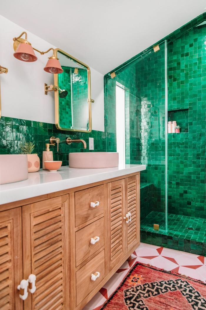 Carrelage petites toiles carrés en vert, lavabo rose, meuble lavabo double, idée peinture salle de bain vert, comment marier les couleurs
