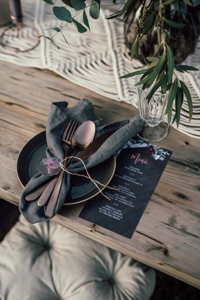 Originale deco table mariage champetre, style bohème décoration champetre table en bois, mariage bleu canard et vert