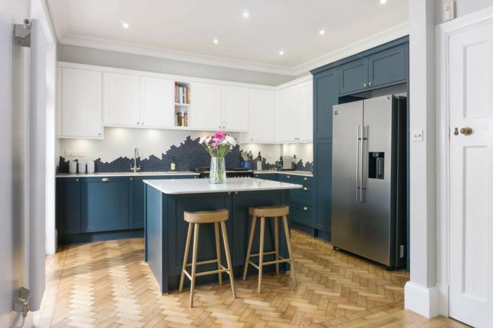 Chaises hautes en bois, ilot de cuisine marbre et peinture bleu, vase verre avec fleurs roses, cuisine mur bleu, quelle couleur se marie bien avec le bleu canard