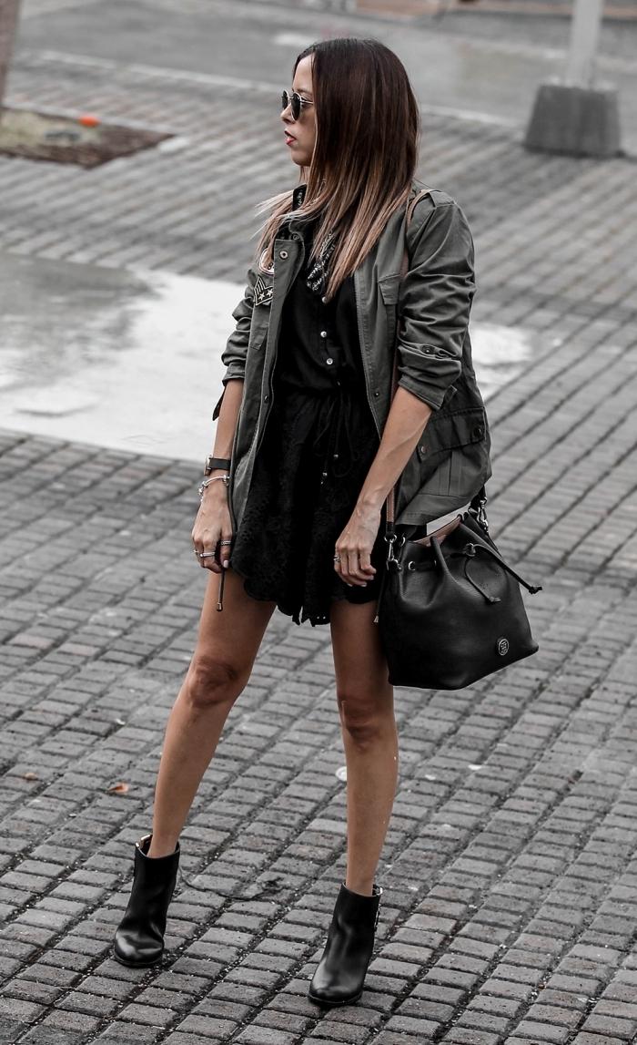 exemple comment porter la veste kaki femme avec une robe boutonnée noire et paire de chaussures à talons cuir noir