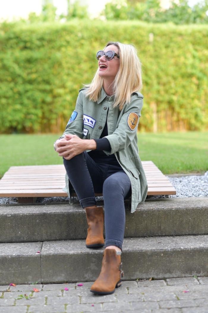 idée comment porter une veste légère femme de couleur kaki avec paire de jeans foncés et bottines hautes en marron