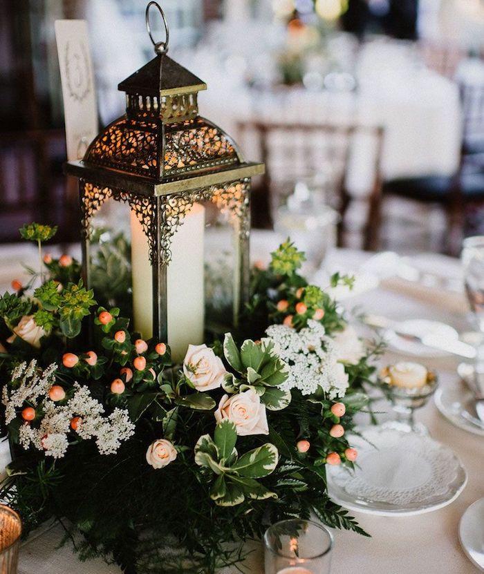 Lanterne avec bougie décoré avec couronne de fleurs autour, theme champetre, menu mariage champetre, mariage boheme chic