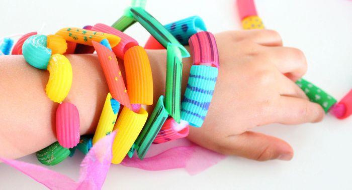 idee comment faire un bracelet enfant dabs des pâtes colorées depeinture, activités manuelles enfants faciles et rapides
