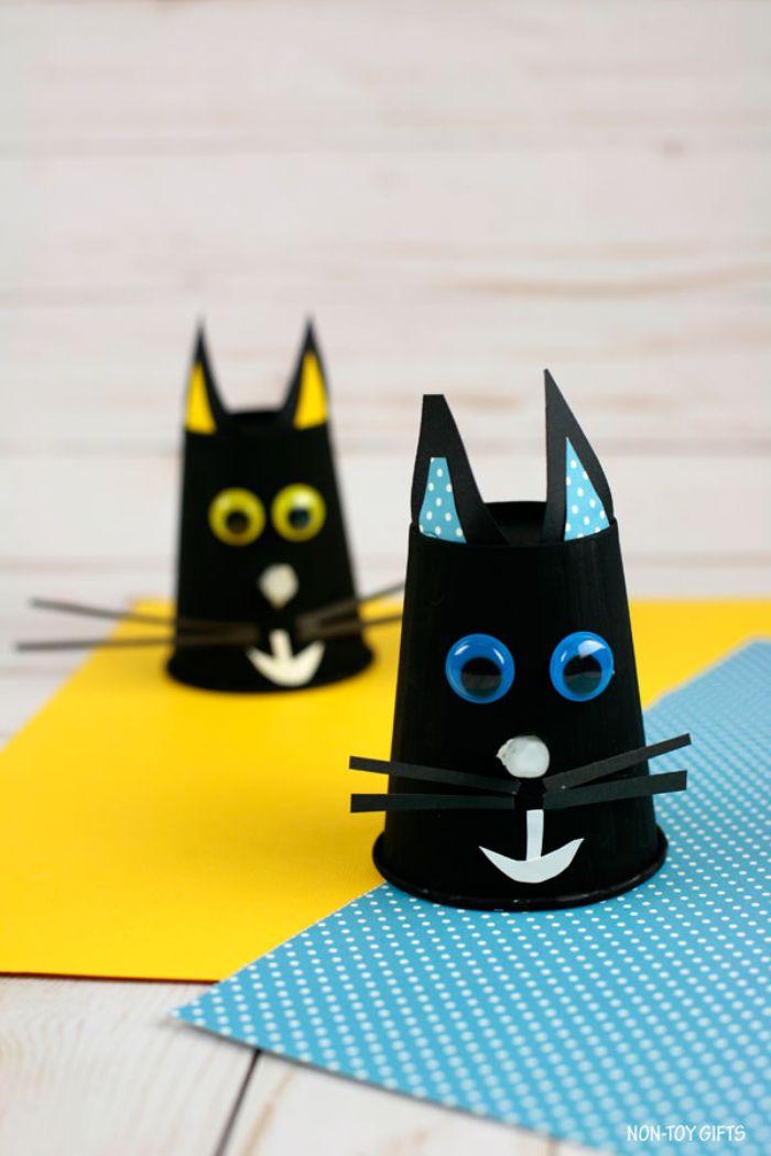 recyclage gobelet de papier à motif chat noir, museau en papier et des yeux mobiles, activité manuelle halloween primaire