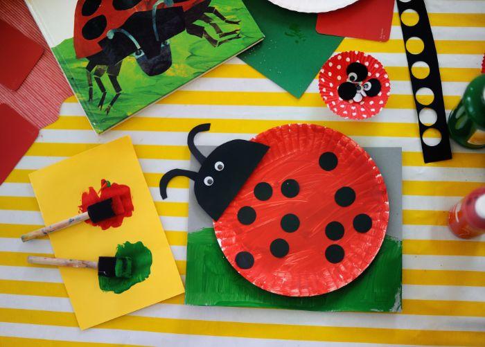 recyclage assiette de papier motif coccinelle peint, idée activité manuelle facile en papier