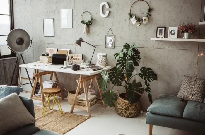 design salon industriel avec meubles bois clair, idée bureau deco à domicile originale avec photos inspirantes et fleurs