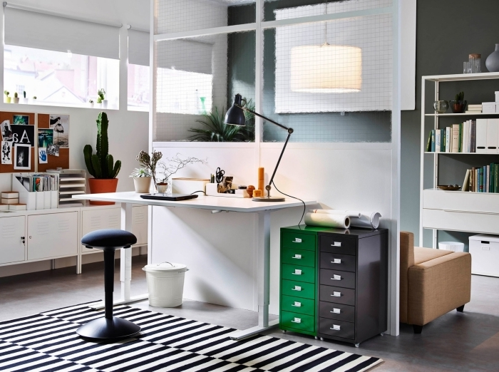 modèle de bureau blanc laqué installé dans un salon blanc et gris avec mur de séparation, déco intérieure en blanc et noir avec accents en couleurs