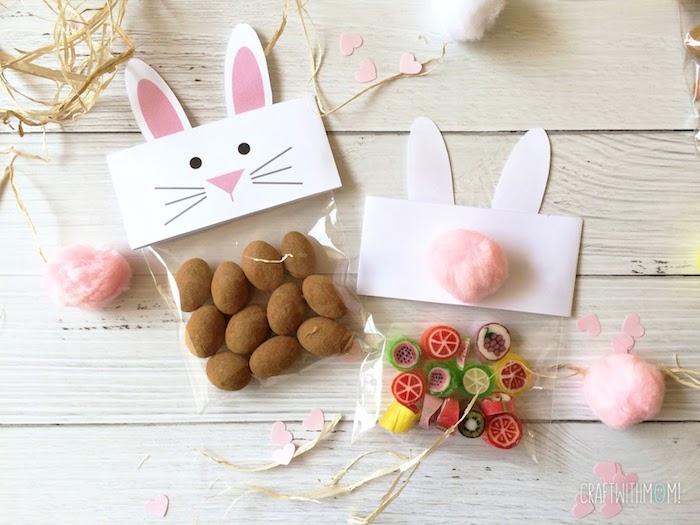 Paquet avec imprimé dessin lapin plein de chocolat oeufs et bonbons colorés, idée cadeau fait main, idee cadeau paques lapin fleurs symboles