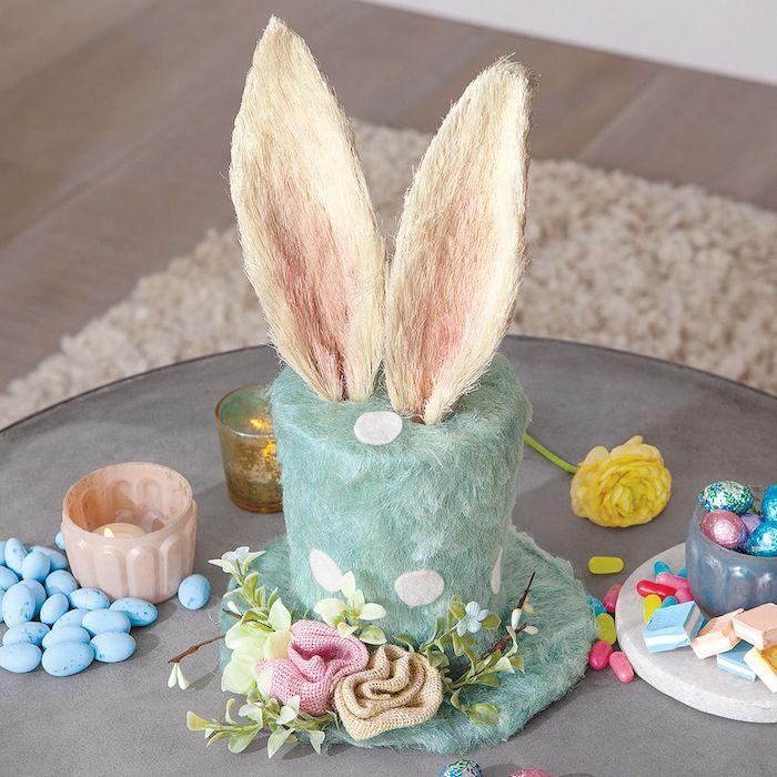 Le chapeau d'Alice au pays de merveilles avec oreilles de lapin, couleurs de printemps, idée cadeau maison, cadeau paques bébé symbolique pour la fete